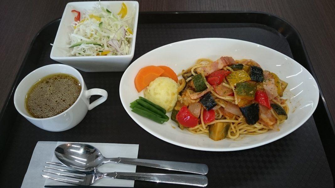 夏野菜とベーコンのパスタ